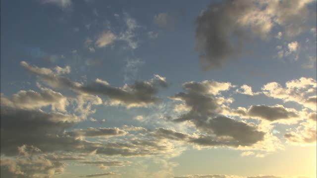 vídeos de stock e filmes b-roll de tilt down from sky to sunset at lake shikotsu, hokkaido, japan - inclinação do filme