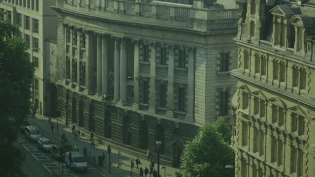tilt down from st. paul's cathedral onto the side of the imposing old bailey on newgate street, city of london, uk. - オールドベイリー点の映像素材/bロール