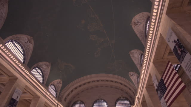 tilt down from the ceiling to reveal the main concourse at grand central terminal in manhattan - 情報伝達サイン点の映像素材/bロール