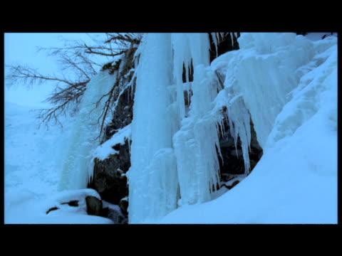 stockvideo's en b-roll-footage met tilt down frozen waterfall, abisko, sweden - jaar 2000 stijl