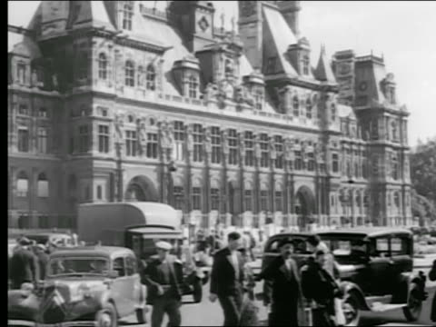 b/w 1936 tilt down hotel de ville with traffic + people walking in foreground / paris, france - hotel de ville paris stock videos & royalty-free footage