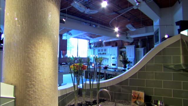 vídeos y material grabado en eventos de stock de tilt down in a kitchen showroom to a high angle view of a kitchen sink and granite counter. - cocina doméstica