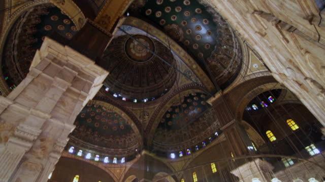 vidéos et rushes de tilt down interior shot of cupola in the alabaster mosque in the citadel of cairo. - forteresse