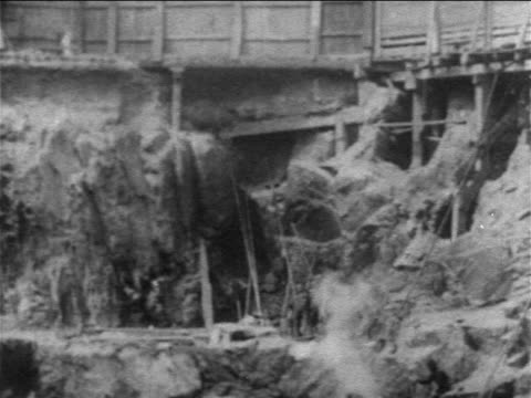 vídeos de stock e filmes b-roll de b/w 1903 tilt down large hole at excavation site for new york city subway / documentary - 1903