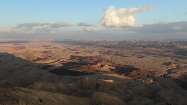 tilt down, makhtesh ramon crater, view from mitzpe ramon, negev desert, israel - ネゲブ点の映像素材/bロール