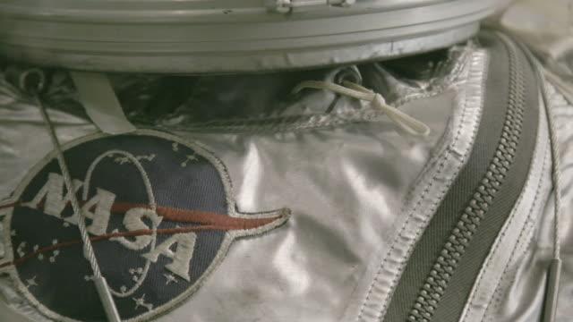 tilt down, mannequin in vintage astronaut suit - 宇宙服点の映像素材/bロール