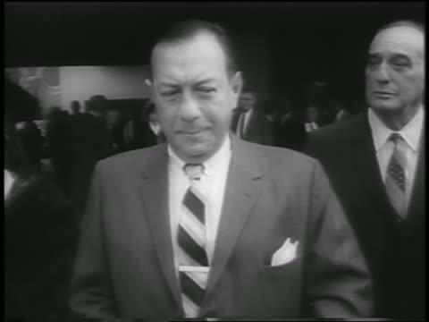 vídeos de stock, filmes e b-roll de b/w 1959 tilt down mayor robert wagner cutting ribbon at guggenheim museum dedication / nyc - cortando fita