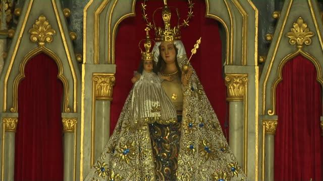 tilt down mother mary statue mount mary church mumbai maharashtra - maharashtra stock-videos und b-roll-filmmaterial