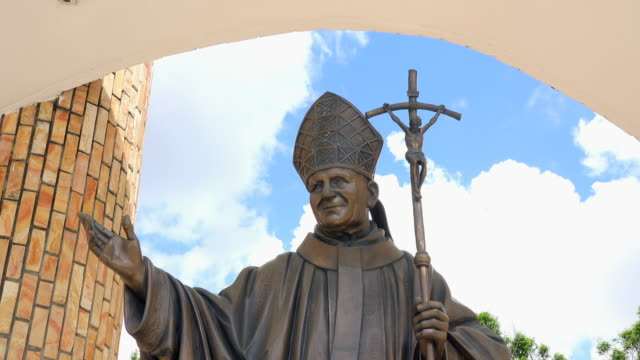 vídeos y material grabado en eventos de stock de tilt down of a john paul ii in the place where he offered the 'family' mass the commemorative sculpture was placed in place by the local catholic... - pope