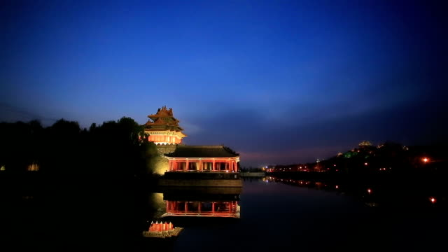 stockvideo's en b-roll-footage met tilt down of the moat and the imperial palace in beijing, china. - gracht