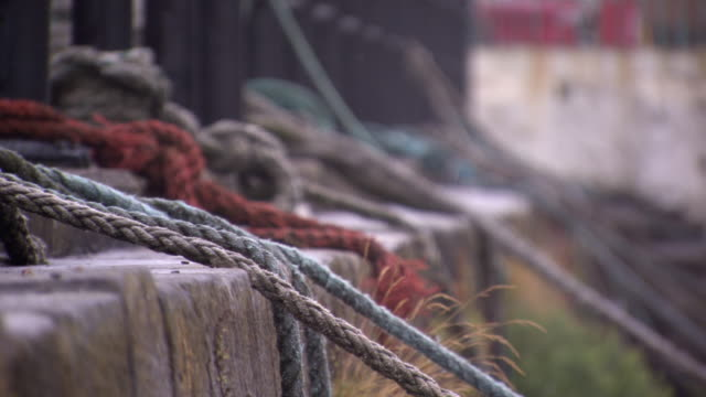 vídeos de stock e filmes b-roll de tilt down over ropes of moored boats, cobh, county cork, ireland. - emaranhado