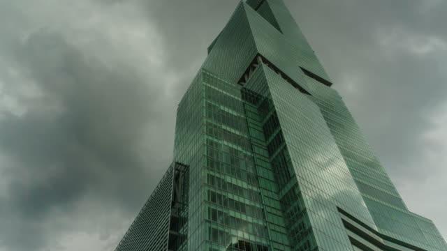 vídeos y material grabado en eventos de stock de 4k inclinación hacia abajo , pedestal hacia abajo. edificio de lapso de tiempo y cielo. pedestal hacia abajo - nublado