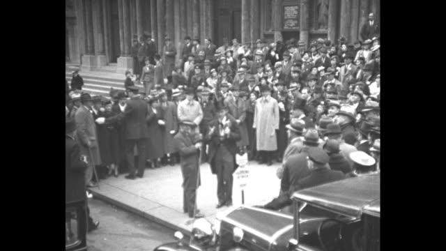 vídeos y material grabado en eventos de stock de tilt down radio announcer george hicks wearing a top hat with a transmitter on it begins easter parade broadcast in front of st bartholomew's church... - sombrero de copa