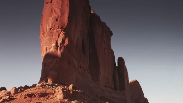 vídeos de stock e filmes b-roll de tilt down, scenic rock pillar in utah - paredão rochoso
