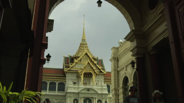 stockvideo's en b-roll-footage met tilt down shot grand palace bangkok thailand - torenspits