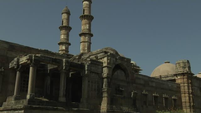 tilt down shot jammi masjid champaner gujarat - グジャラート州点の映像素材/bロール