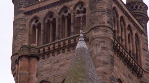 vídeos y material grabado en eventos de stock de tilt down shot of bell tower at famous public university in city - glasgow, scotland - ladrillo