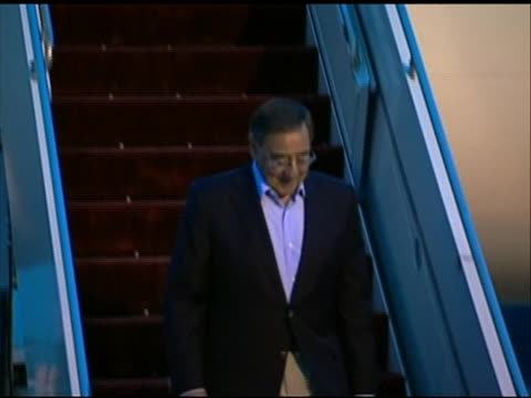 tilt down shot of leon panetta walking down a stairway as he deplanes in tokyo. this footage took place during panetta's first official visit to asia... - united states and (politics or government)点の映像素材/bロール