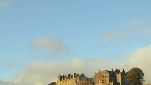 tilt down shot reveal stirling castle stirling scotland united kingdom - スコットランド スターリング点の映像素材/bロール