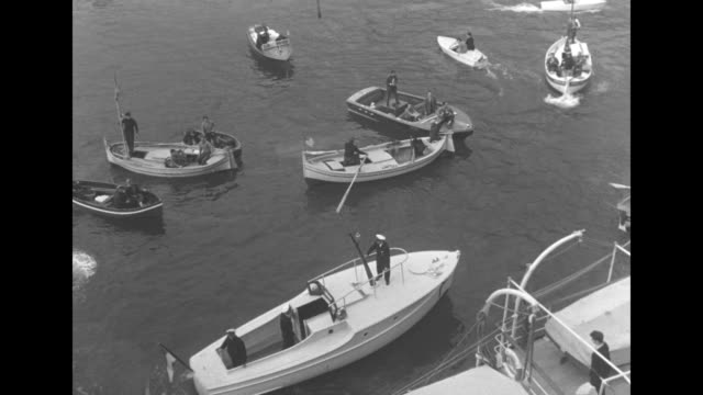 vidéos et rushes de tilt down small boats in the mediterranean / tilt down from the us constitution to the chanteclair vi and the yacht deo juvante at left / pan right... - voilier à moteur