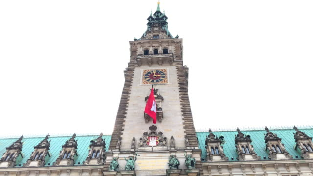 tilt down the tower of the hamburg town hall (rathaus), the seat of the state parliament - rathaus hamburg stock-videos und b-roll-filmmaterial