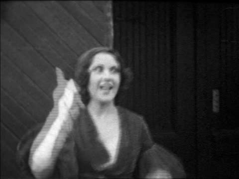 vidéos et rushes de b/w 1931 tilt down tilt up ethel merman singing outdoors / home movie - 1931
