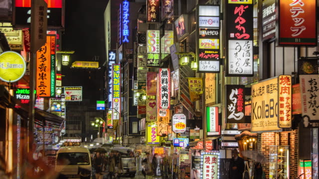 4kチルトダウンタイム経過: 夜の歌舞伎町の群衆, 東京, 日本 - 路地点の映像素材/bロール