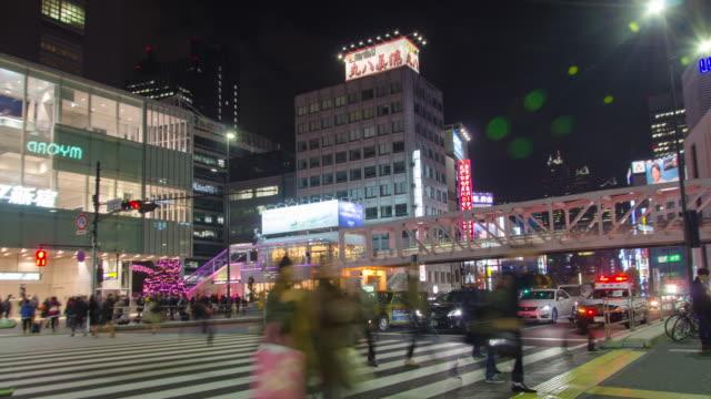vídeos y material grabado en eventos de stock de 4k inclinación lapso de tiempo :tráfico en el distrito de shinjuku en tokio , japón - vista inclinada