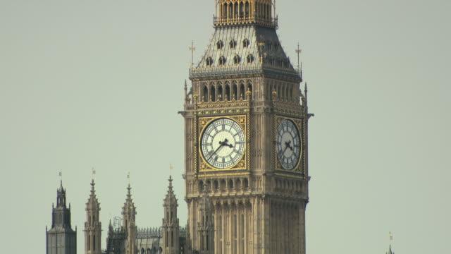 stockvideo's en b-roll-footage met tilt down to big ben and houses of parliament london - klokkentoren met wijzerplaat