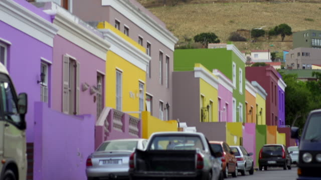 tilt down to colourful houses in bo-kaap/ cape town/ south africa - カラフル点の映像素材/bロール
