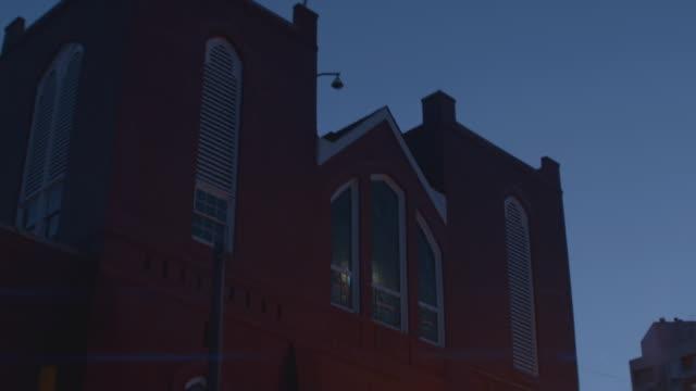 """tilt down to """"ebenezer baptist church"""" in downtown atlanta, georgia - baptist bildbanksvideor och videomaterial från bakom kulisserna"""