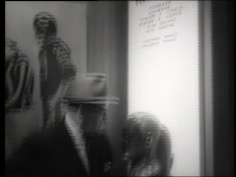 stockvideo's en b-roll-footage met b/w tilt down to george halas standing by his bust / football hall of fame / sound - menselijke vorm