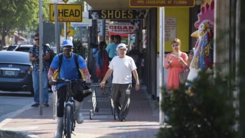 vídeos y material grabado en eventos de stock de tilt down to pedestrians in miami - miami