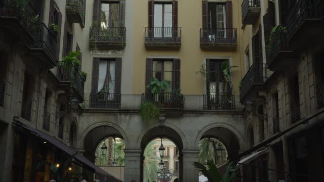vídeos y material grabado en eventos de stock de tilt down to people walking in busy city street near arches / barcelona, barcelona, spain - inclinado hacia abajo