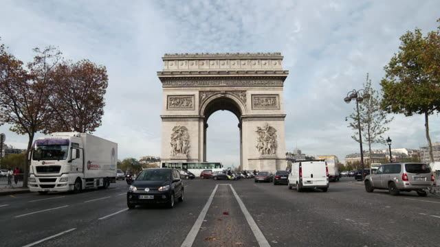 tilt down to reveal arc de triomphe, paris, france - triumphbogen paris stock-videos und b-roll-filmmaterial