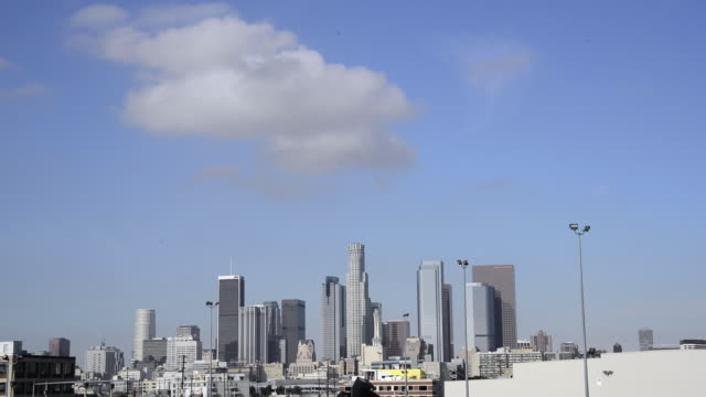 tilt down to reveal downtown los angeles during a sunny day. - 從上往下垂直移動 個影片檔及 b 捲影像