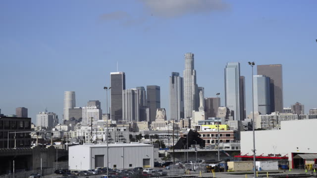 tilt down to reveal downtown los angeles during a sunny day. - schwenk nach unten stock-videos und b-roll-filmmaterial