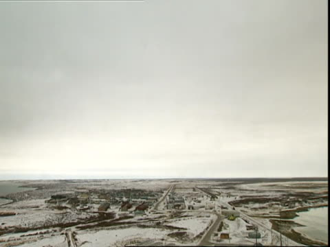 tilt down to settlement, churchill, manitoba, canada - grau stock-videos und b-roll-filmmaterial
