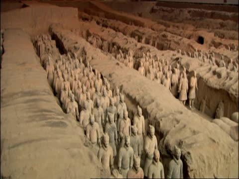tilt down to terracotta army, museum of qin, xian, china - terrakotta armee stock-videos und b-roll-filmmaterial