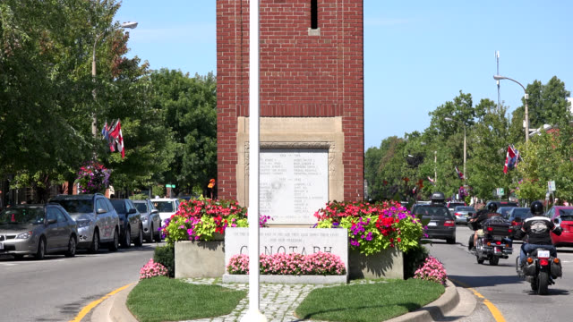 vídeos de stock, filmes e b-roll de tilt down to the cenotaph tower in the small town of niagara on the lake on june 19 in the niagara area in the province of ontario. this place is a... - ponto turístico local