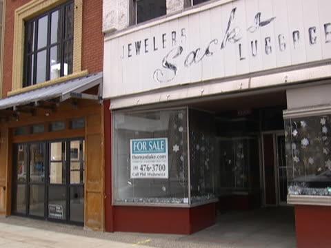 tilt down vacant storefront in pontiac mi - ポンティアック点の映像素材/bロール