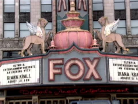 tilt down wide shot marquee outside the fox theatre / detroit, michigan - biografskylt bildbanksvideor och videomaterial från bakom kulisserna