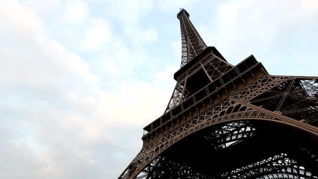 vídeos de stock e filmes b-roll de hd inclinação: torre eiffel de paris - hd format