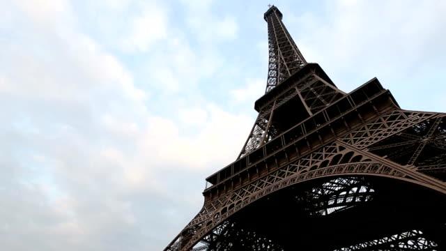 stockvideo's en b-roll-footage met hd tilt: eiffel tower paris - kapiteel