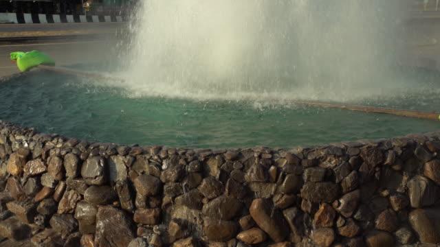 vidéos et rushes de 4 k tilt: fontaine en thaïlande - pic flamboyant