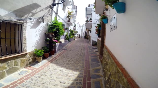 tilt of a typical street of jubrique, andalucía. - kopfsteinpflaster stock-videos und b-roll-filmmaterial
