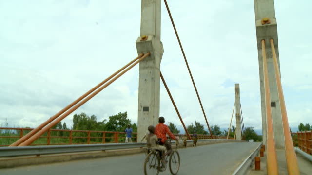 tilt of bridge in africa with people crossing, harare, zimbabwe - repubblica dello zimbabwe video stock e b–roll