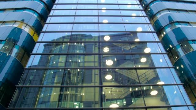 stockvideo's en b-roll-footage met tilt of glass building front in london - tilt up