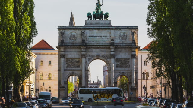 T/L Tilt of Munich's Siegestor during normal daylight traffic