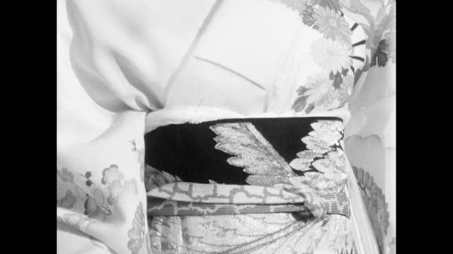 vídeos de stock, filmes e b-roll de tilt ornate kimono and obi sash displayed on mannequin; 1964 - figura feminina